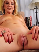 Redhead milf stretches her shaved vag in slutty solo
